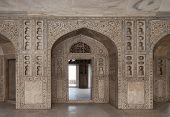 Постер, плакат: Мраморный зал дворца украшенные богато резьбой и инкрустацией в Красный Форт Дели Индия