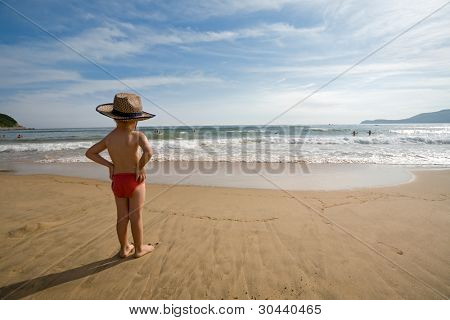 Постер, плакат: Маленький мальчик на берегу моря К мальчику 4 года , холст на подрамнике