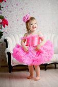 Постер, плакат: Милая девочка ребенок в розовом платье