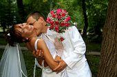 Постер, плакат: Жених невеста целовать