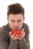 Постер, плакат: Молодой человек пахнущий помидоры