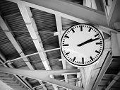 Постер, плакат: Общественная часы в железнодорожной станции