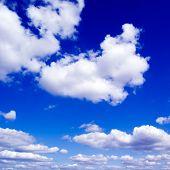 Постер, плакат: Белые облака в синем небе
