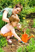 Постер, плакат: Маленький садовник помогая мама