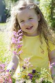 Постер, плакат: Счастливая девушка солнце с цветами 01