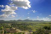 Постер, плакат: Вид тропических сельский пейзаж с долиной и поселение Сьерра дель Эскамбрай Куба