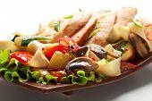 Постер, плакат: Жареная лапша с филе курицы и овощей Украшенный на лист салата