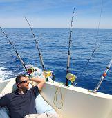 Постер, плакат: Моряк человек рыбалки отдыха в лодке летние каникулы