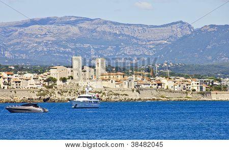 Постер, плакат: Вид города Антиб от моря Франция, холст на подрамнике