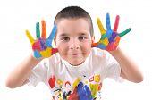 Постер, плакат: Шестилетний мальчик с руками окрашены в красочные краски готовы к рука гравюра высокое разрешение ничуть