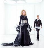Постер, плакат: Черный haute couture ретро футуристический пара в современном Белый зал с вампиром вдохновения