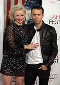 LOS ANGELES - 03 de NOV: Francesca Eastwood & Tyler Shields, chegando a Premier de Los Angeles