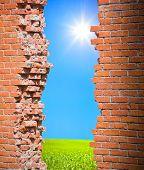 Постер, плакат: Концепция свободы разорвать стены