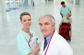 Постер, плакат: Медицинская команда с калека