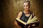 Постер, плакат: Пара панк девочка с книгой