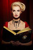Постер, плакат: Привлекательной дама с старинная книга