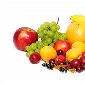 Постер, плакат: свежие фрукты и овощи изолированные на белом фоне