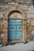 Постер, плакат: Дверь в старое здание