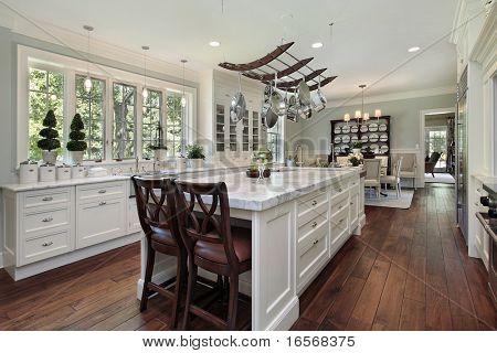 Постер, плакат: Кухня в роскошный дом с белого гранита острова, холст на подрамнике