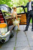 Постер, плакат: Красивая невеста выходит черный роскошный автомобиль