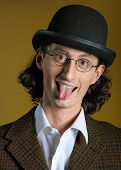 Постер, плакат: Забавный человек в очках с длинный язык