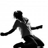 Постер, плакат: Полная длина силуэт молодого человека танцовщица танцы на коленях кричать фанки хип хоп r&b на изолированные