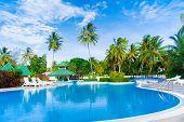 Постер, плакат: Роскошный бассейн отеля экватора очень теплый