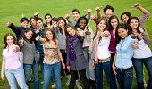 Постер, плакат: Счастливый группы друзей с палец вверх на открытом воздухе в парке