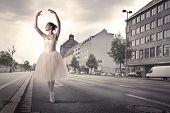 Постер, плакат: Красивые балерина танцует на улице города