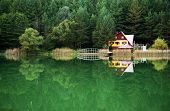 pic of chalet  - Chalet on the shore of a lake - JPG