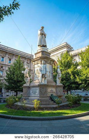 Leonardos Monument On Piazza Della