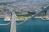 Постер, плакат: Кабель мост Акаси Кайкё и город Кобэ Япония рассматривать с 300 м над уровнем моря