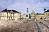 Постер, плакат: Замок Амалиенборг с статуя Фридриха v в Копенгагене Дания Замок является Зимний дом