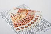 Постер, плакат: Наличные российские деньги для подписанного документа