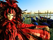 Traditionell gekleideten Venedig Karneval Person in Piazza San Marco, Italien
