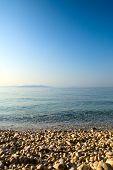 Постер, плакат: галька и голубой воды Адриатического моря