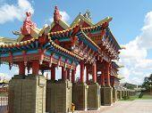 Постер, плакат: Ворота в буддийский храм