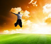 Постер, плакат: прыжки счастливой молодой человек