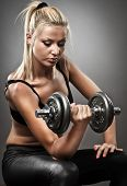 Постер, плакат: Молодая женщина спортивная ый делать тренировки