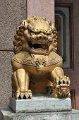 Постер, плакат: Каменный лев золото Китай сидеть