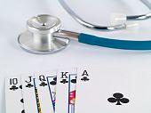Постер, плакат: Стетоскоп и игральные карты как азартные игры с концепции вашего здоровья