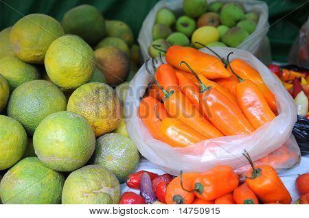 Постер, плакат: Свежие продукты лимонов и перец на местном рынке в северной части Перу, холст на подрамнике