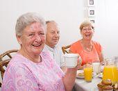Постер, плакат: Счастливый старшие друзья завтрака вместе