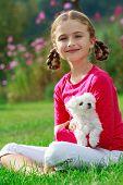 Постер, плакат: Щенок ребенок милая девушка играя с милый щенок в саду счастливое детство концепции