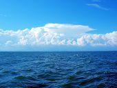 Постер, плакат: Синее море и белое небо