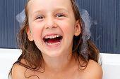 Постер, плакат: девушка счастлива в плавательный ванны