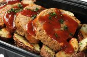 foto of meatloaf  - A deli container of sliced meatloaf and potatoes - JPG