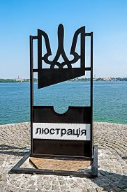pic of beheaded  - Improvised lustration guillotine which appeared in Ukraine after the dignity revolution in 2014 - JPG