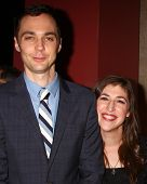 LOS ANGELES - MAR 20: Jim Parsons, Mayim Bialik  arrive at the 21st Annual A Night at Sardi's to Ben