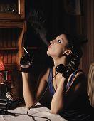 Постер, плакат: Женский портрет в стиле ретро Курение и говорить по телефону